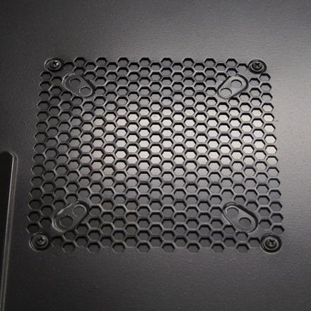 不要な通気孔は塞いでおこう。冷却ファン穴用目隠し板「PA-044」がアイネックスから