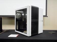"""驚きをもって自作市場に迎えられた、""""スーパーキューブ""""こと「Carbide Air 540」のホワイトモデル(Arctic White)。筐体カラーがホワイトになり、搭載ファンも白色LEDモデルに変更されている"""