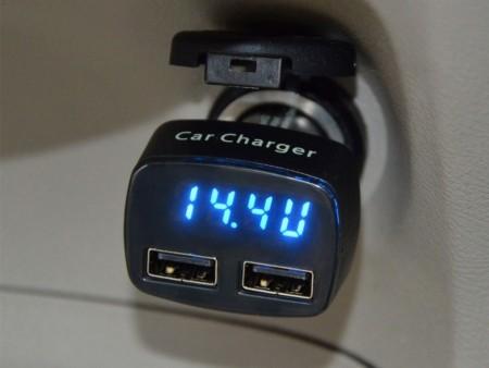 バッテリーの交換時期がわかる。チェッカー機能付きUSBシガーチャージャーがサンコーから
