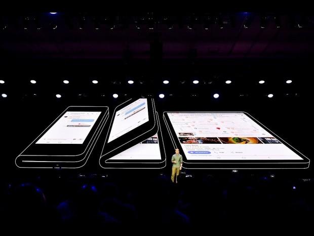 "Samsungも""折り曲げ画面スマホ""を発表。現在開発中のプロトタイプをチラ見せ"